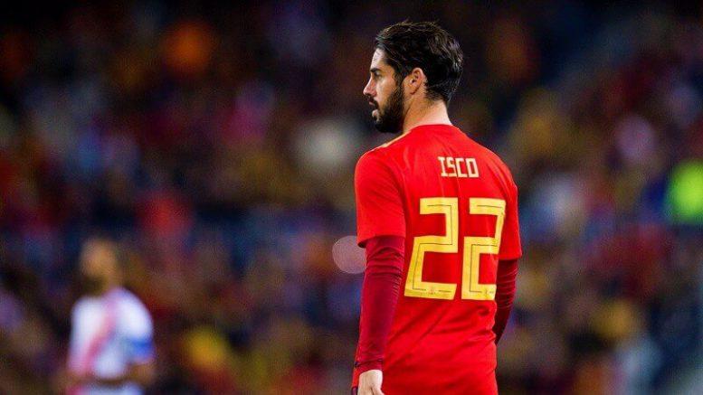 ISCO con il numero 22 della Spagna, maglia rossa
