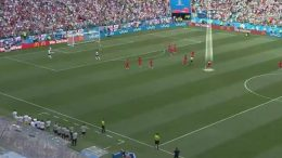 Panama-Inghilterra, calciatore cerca di segnare mentre gli inglesi festeggiano il gol