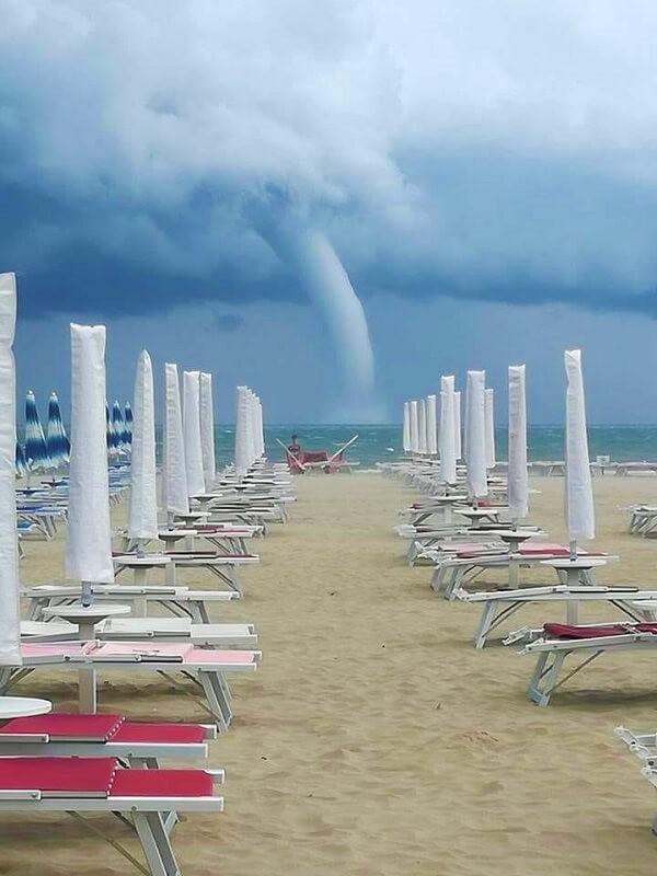 Una grande tromba d'aria si è abbattuta sul lungomare romagnolo, a Cattolica nel giugno 2018