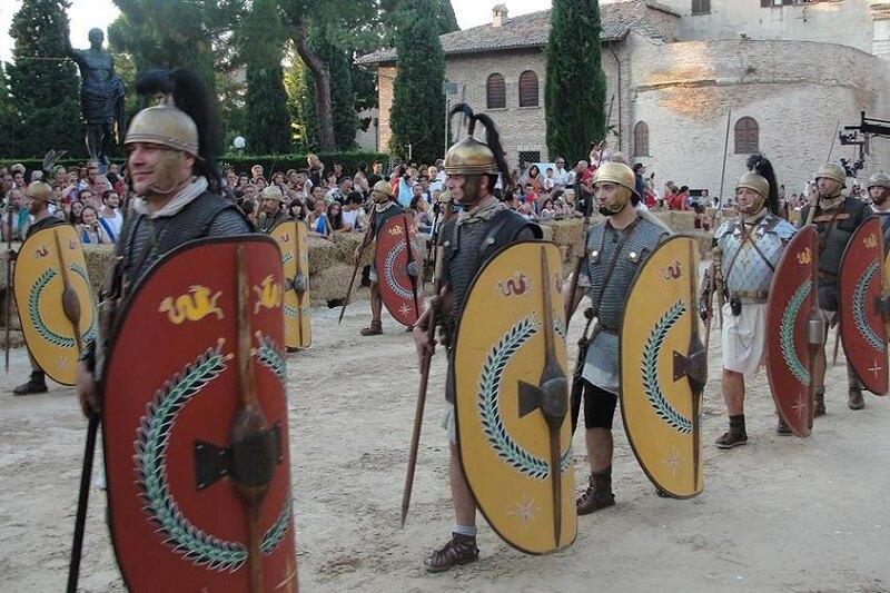 Sfilata dei fanesi vestiti da romani alla Fano dei Cesari