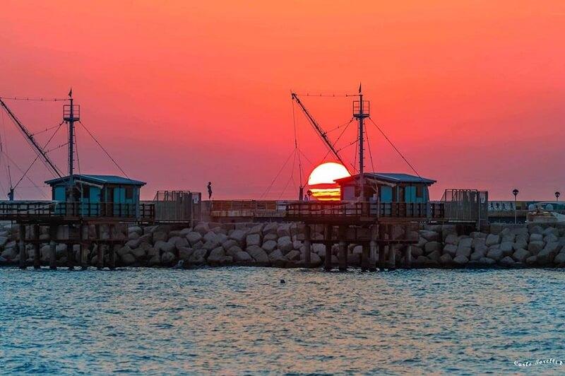 Spettacolare tramonto al porto di Fano