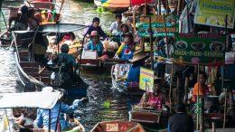 Mercato galleggiante di Amphawa in Thailandia